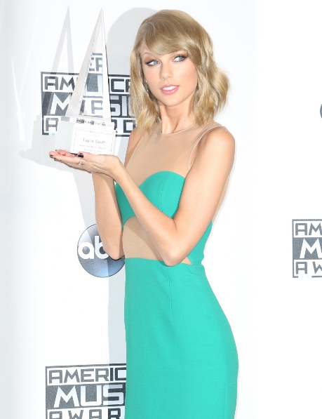 Taylor Swift Green Dress Collection During AMAs Awards
