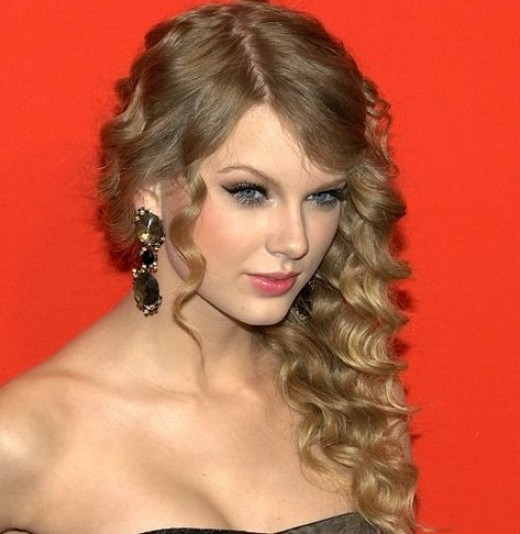 How to Do Taylor Swift Curly Blonde Hairstyles
