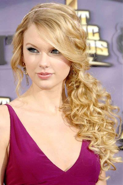 Taylor Swift Side-Parted Curly Ponytail Hair