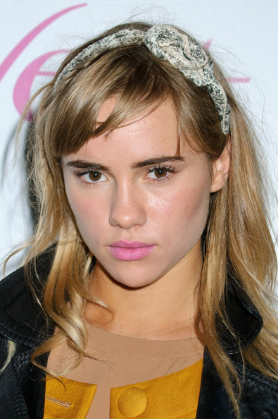 Suki Waterhouse Close Up Bow Hair Colour