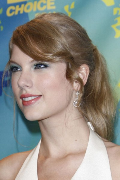 TaTaylor Swift's Long Blonde Ponytail Hairstyle